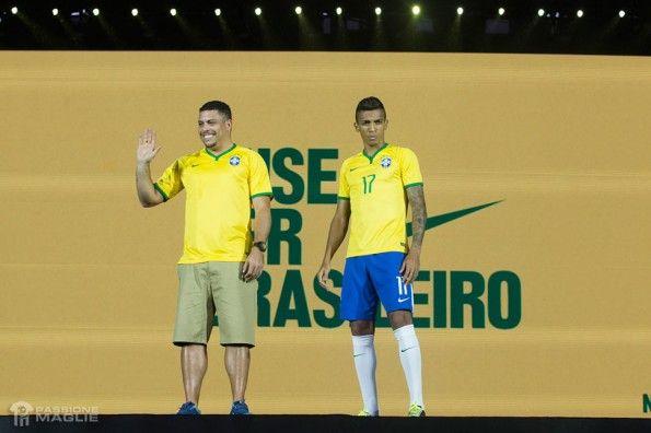 Luiz Gustavo e Ronaldo con la maglia del Brasile 2014