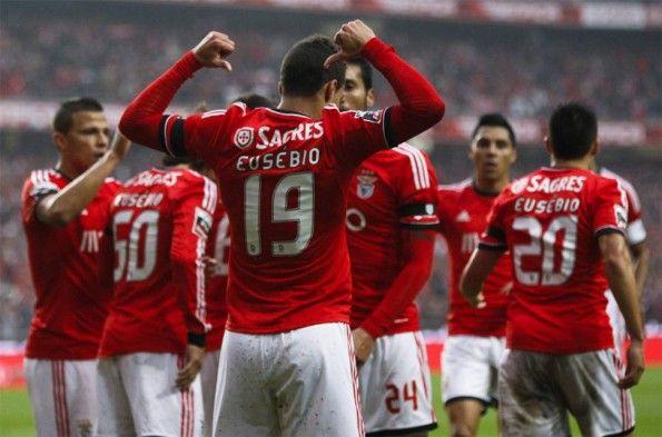 Rodrigo mostra il nome di Eusébio