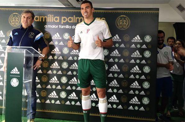 Lucio indossa il kit away del Palmeiras 2014