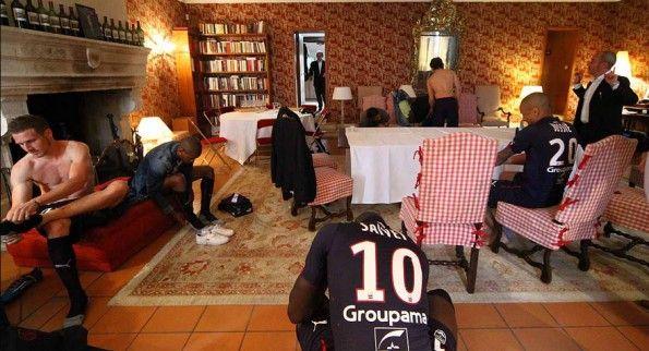 Giocatori del Bordeaux in preparazione nell'elegante sala del Domain de Chevalier