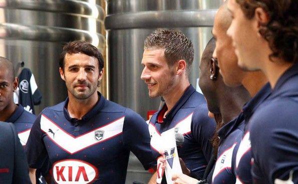 Giocatori del Bordeaux tra i serbatoi di vino per la presentazione della maglia Grand Cru 2014-2015