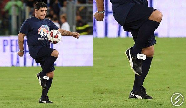 Maradona con le mitiche scarpe Puma King