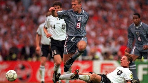 Shearer in azione agli Europei 1996