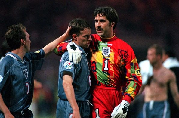 Seamana consola Southgate dopo il rigore sbagliato Euro 96