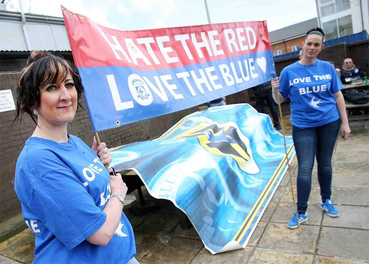 Proteste tifosi Cardiff City contro il colore rosso