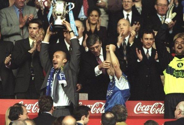 Vialli alza la Coca-Cola Cup 1998