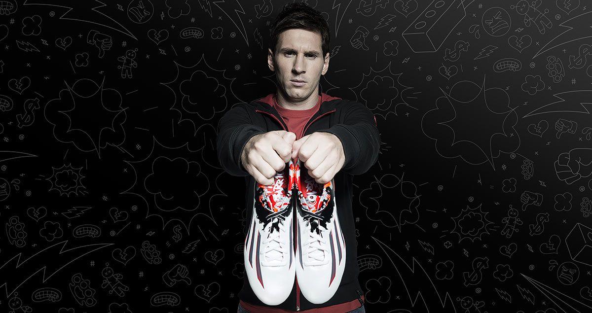 Messi mostra le scarpe Pibe de Barr10