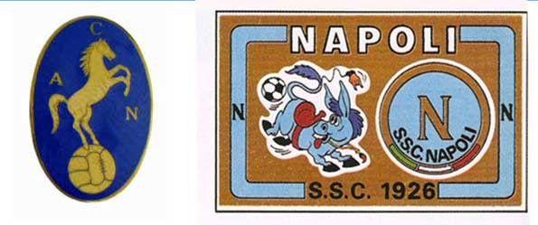 """Primo stemma del Napoli e il """"ciuccio"""" in una figurina Panini del 1976-77"""