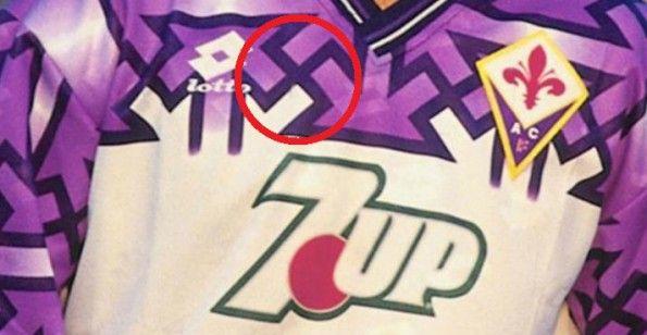 La svastica sulla maglia da trasferta della Fiorentina 1992-1993