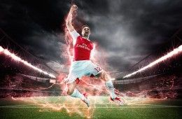 Giroud indossa la divisa dell'Arsenal 2015-16