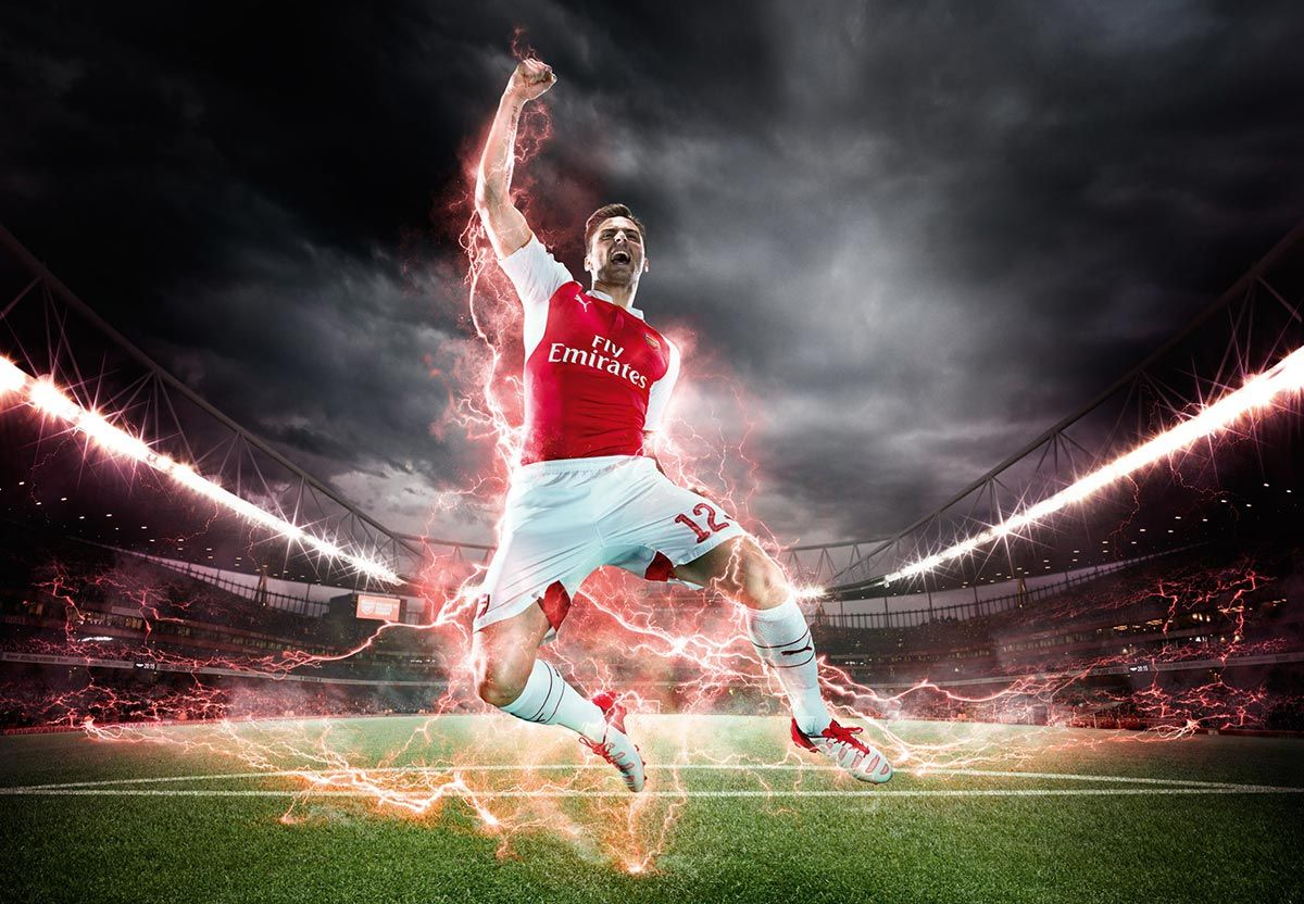 Giroud indossa la divisa dell'Arsenal 2015-16
