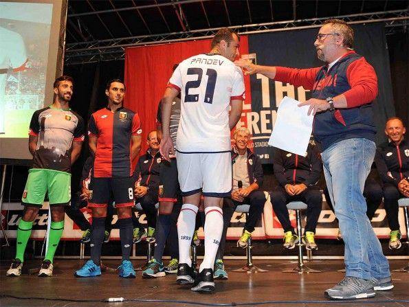 Pandev mostra la maglia away del Genoa 2015-16