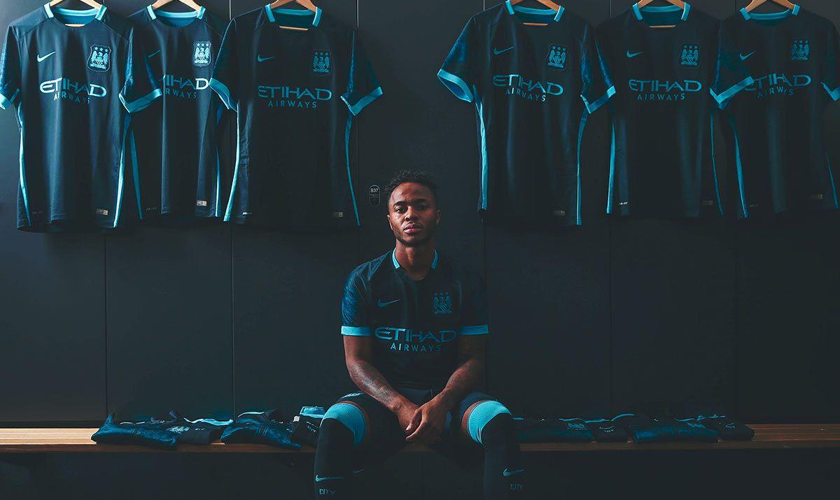 Sterling indossa la maglia away del Manchester City 2015-16