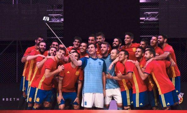 Selfie Spagna con la nuova maglia Euro 2016