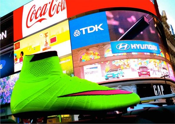 Scarpe Superfly a Piccadilly Circus