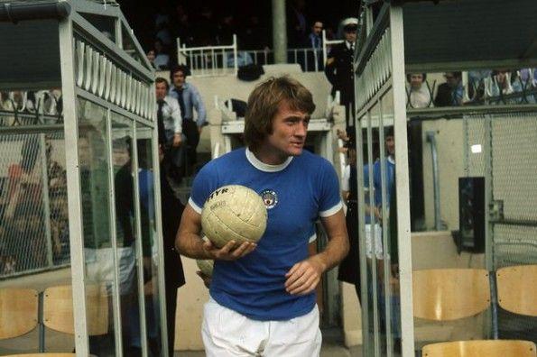 Rodney Marsh con la maglia del Manchester City nel 1974