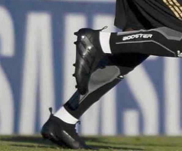 Le scarpe ACE16 nere ai piedi di Pogba