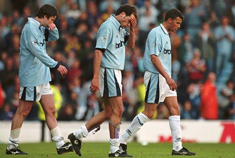 I calciatori del Manchester City dopo la retrocessione del 1995-96