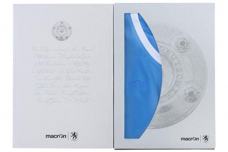 La confezione vintage con la maglia celebrativa del Monaco 1860