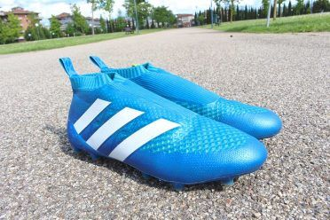 Le scarpe adidas ACE16 Purecontrol azzurre