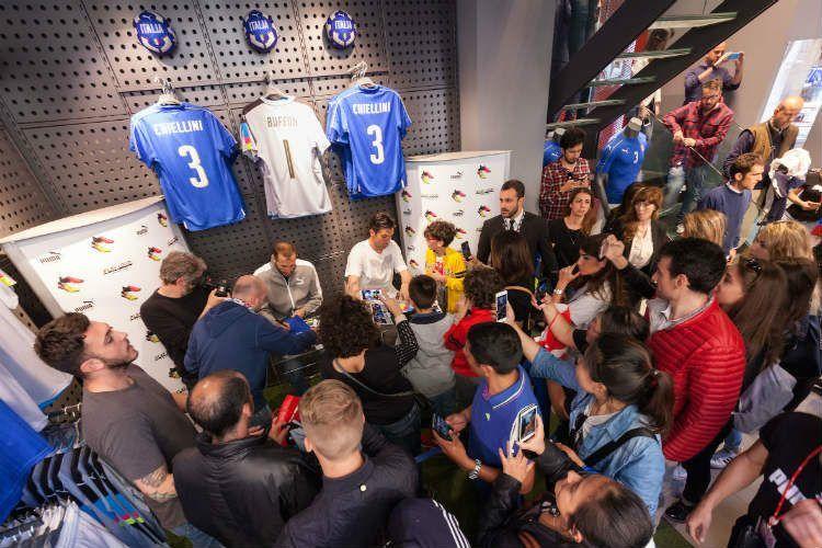 Folla al Puma Store di Firenze per Buffon e Chiellini