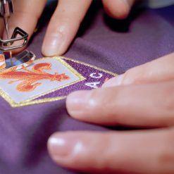 Il ricamo dello stemma della Fiorentina