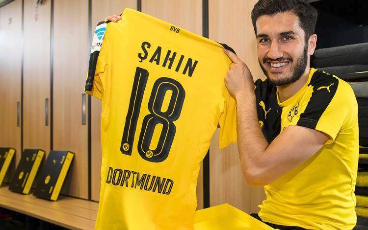Sahin mostra la maglia del BVB 2016-17