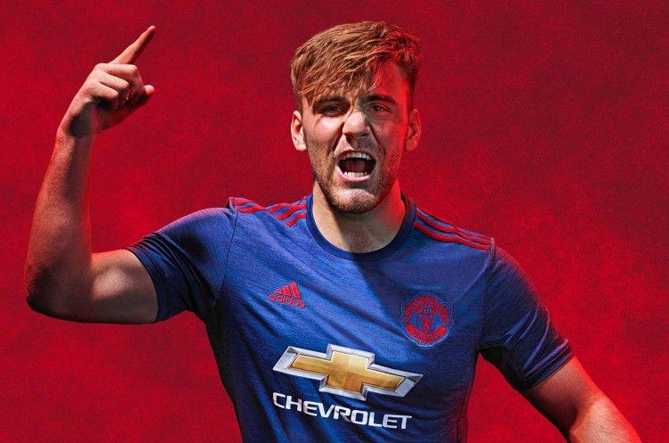 Luke Shaw con la maglia away del Manchester United 2016-17