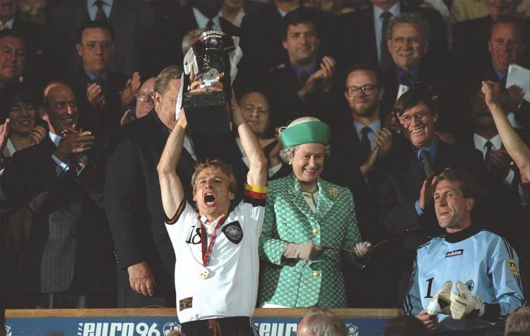 Europei 1996, Klinsmann alza il trofeo per la Germania