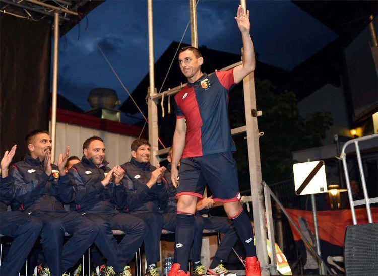 Burdisso con la maglia del Genoa 2016-2017