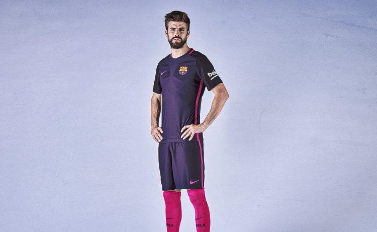 Pique con la maglia away del Barcellona 2016-17