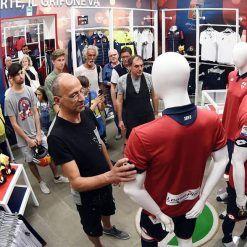 I tifosi toccano la nuova terza maglia del Genoa