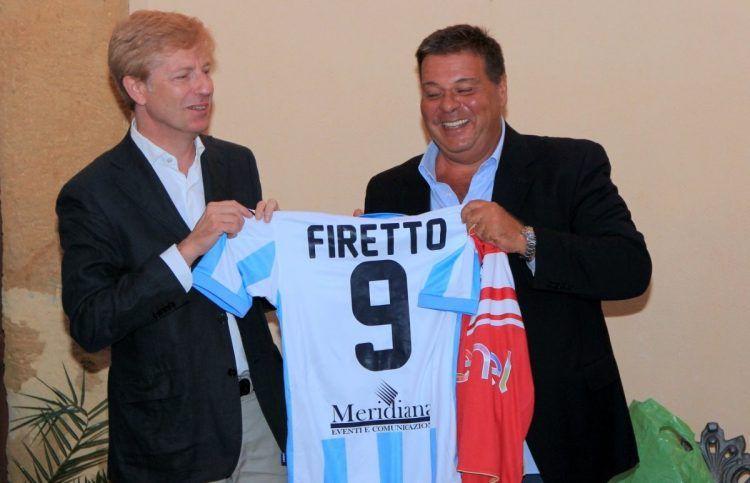 Il sindaco di Agrigento Firetto con la nuova maglia dell'Akragas