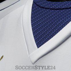 Dettaglio collo a V blu maglia Italia