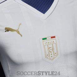 Stemma FIGC dorato con tricolore, maglia Italia away