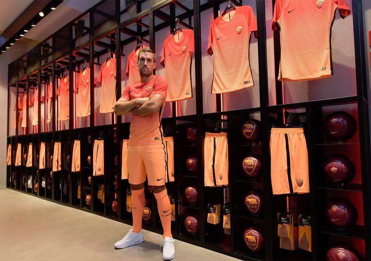 Kevin Strootman con la terza maglia 16-17 al Roma Store