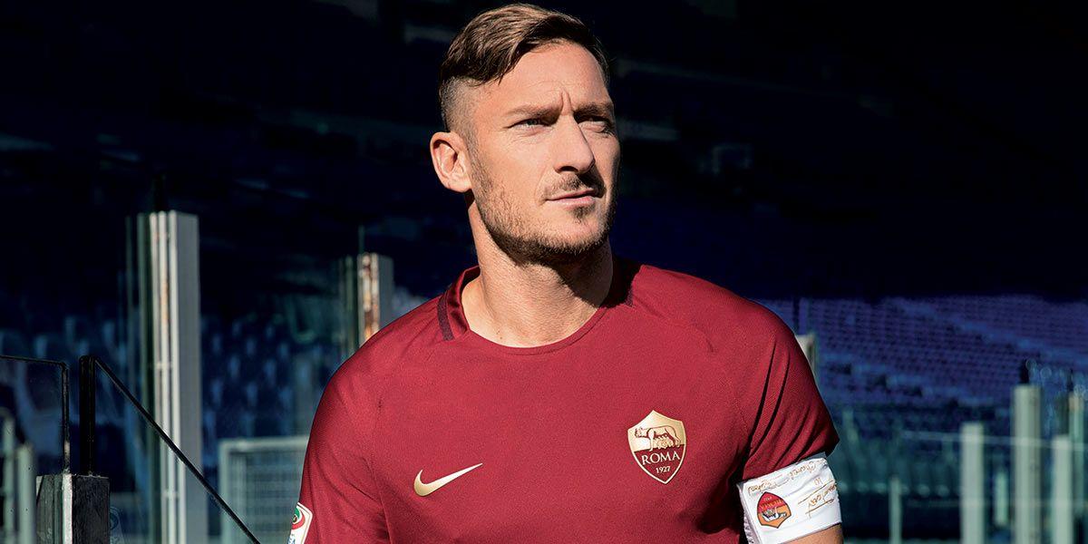 Totti con la maglia della Roma per il derby 2016-17