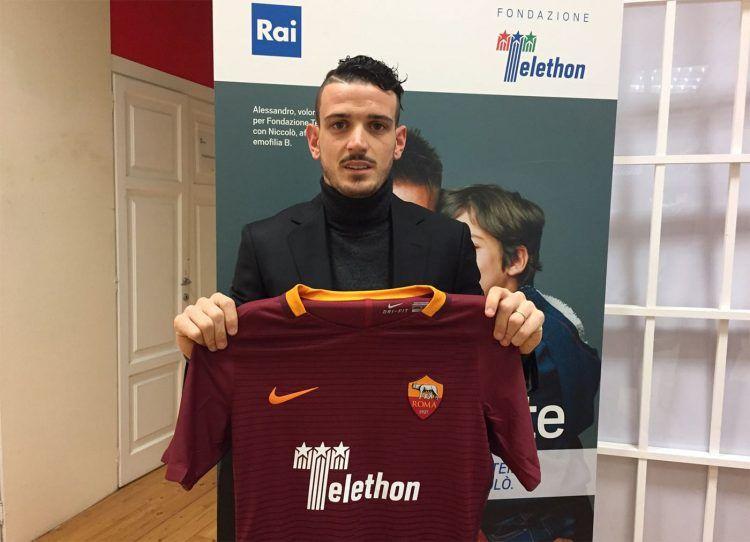 Florenzi mostra la maglia della Roma con il logo Telethon