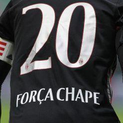 La scritta Forza Chape sulla maglia del capitano Abate del Milan