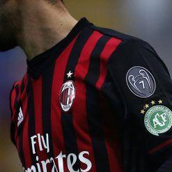 Lo stemma della Chapecoense sulla maglia del Milan