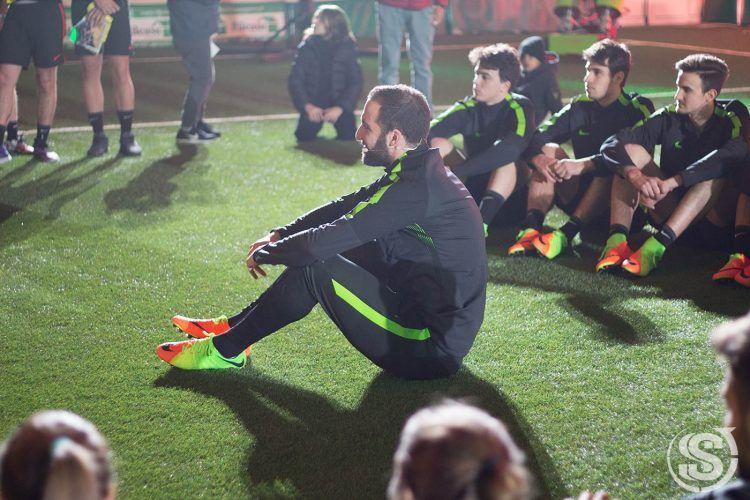 Gonzalo Higuain con i ragazzi della Nike Academy a Milano