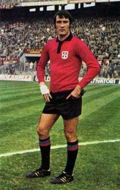 Enrico Albertosi con la maglia del Cagliari rossa