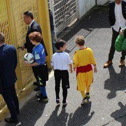 Bambini con le maglie di Spezia-Benevento