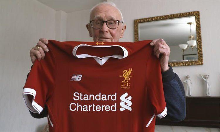 Consegna maglia Liverpool tifosi
