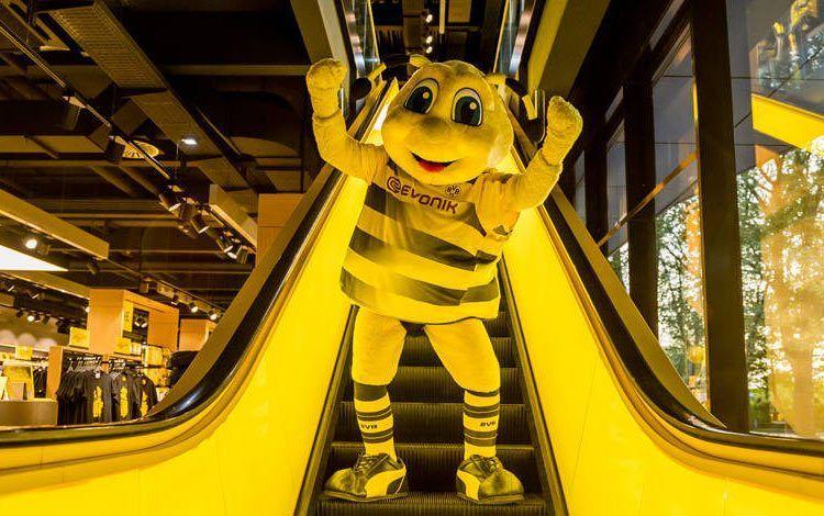 Emma la mascotte del Borussia Dortmund con la nuova maglia Puma