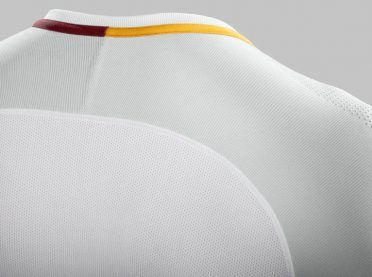 Dettaglio retro collo maglia Roma away
