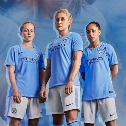 Le calciatrici del Manchester City in posa con il kit 2017-18
