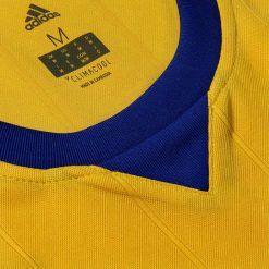 Colletto blu, maglia Juventus trasferta