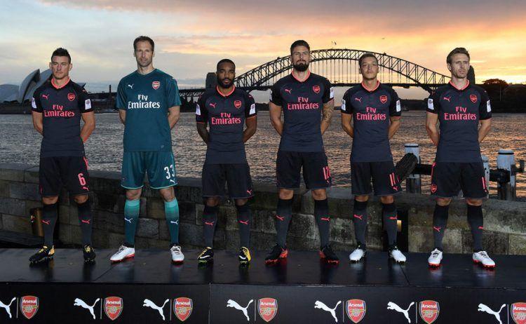 La terza maglia dell'Arsenal 2017-2018 presentata a Sidney