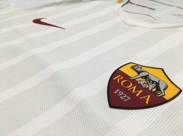 Lo stemma applicato sulla maglia away della Roma